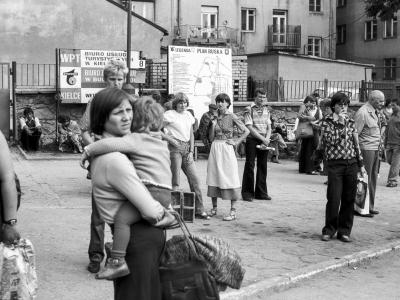 OLD_0536_35 Ludzie na dworcu (czerwiec 1979)
